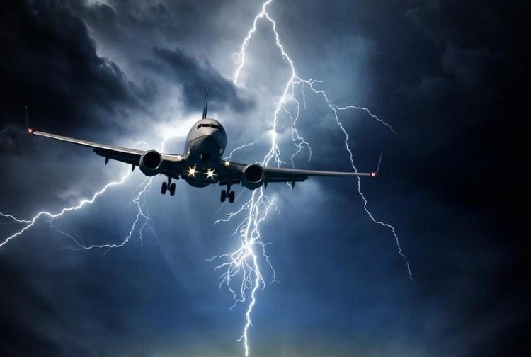 co się stanie gdy piorun uderzy w samolot