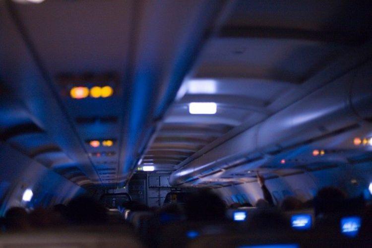 Dlaczego w samolocie podczas startu i lądowania są przygaszone światła