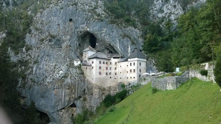 zamek w skale Predjamski Grad