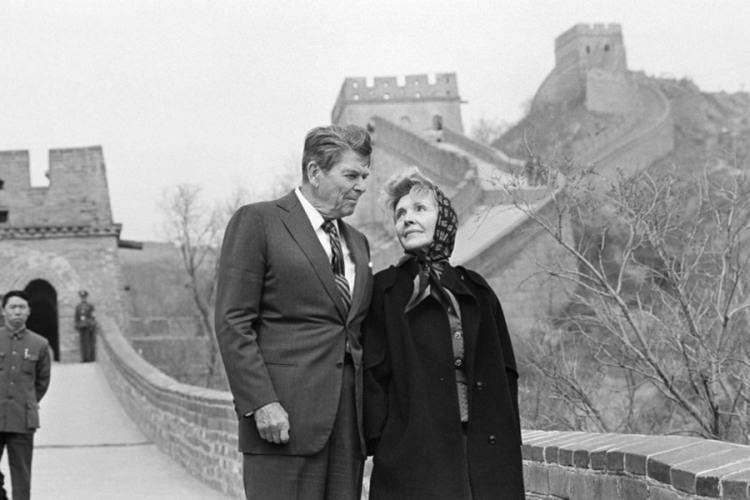 Prezydent USA Ronald Reagan  żoną Nancy Reagan podczas zwiedzania Wielkiego Muru