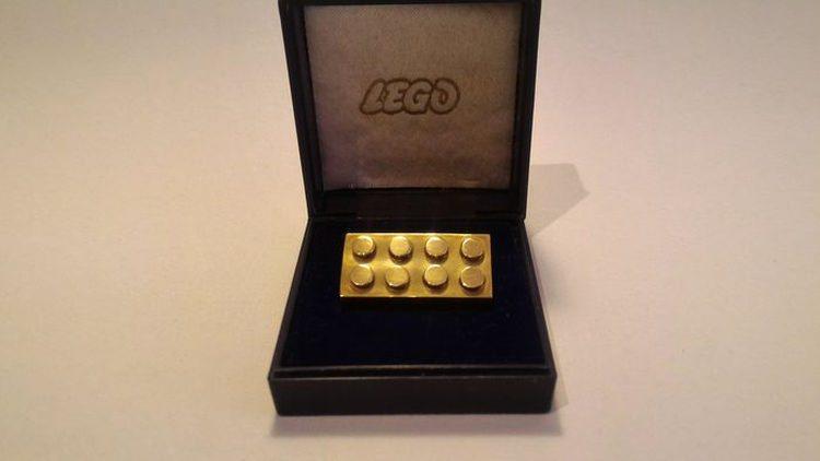 klocek lego wykonany ze złota