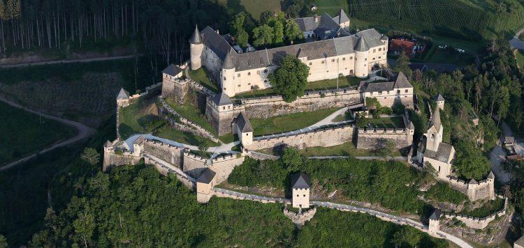 Zamek Hochosterwitz w Austrii widziany zlotu ptaka