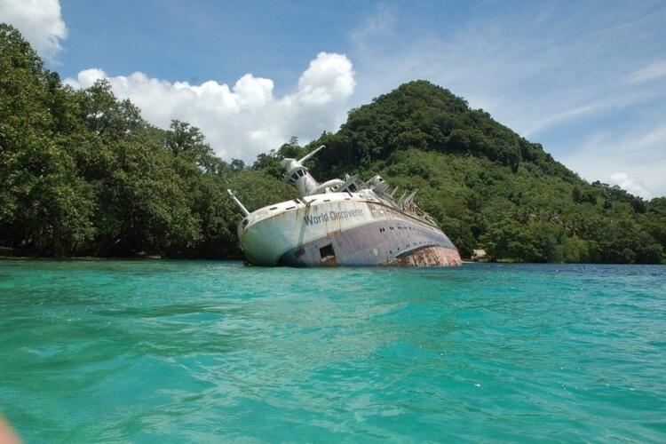 Wrak statku MS World Discoverer