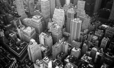 czarno białe zdjęcie budynków
