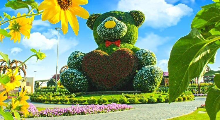 Ogromny Miś z kwiatów w ogrodzie cudów w Dubaju