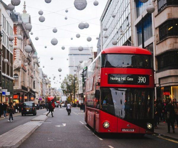 Dlaczego słynny londyński autobus jest czerwony i ma dwa piętra?