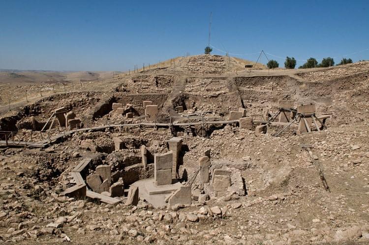 Widok ogólny owalnych budowli megalitycznych w Göbekli Tepe