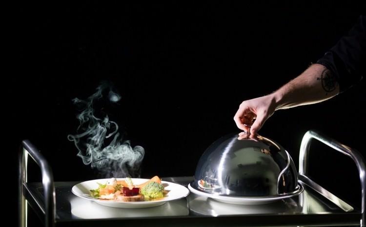 jedzenie w ciemności