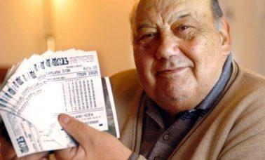 Frane Selak pozujący z kuponami loterii