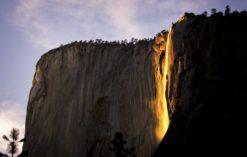 wodospad Horsetail w parku Yosemite sprawia wrażenie jakby płonął