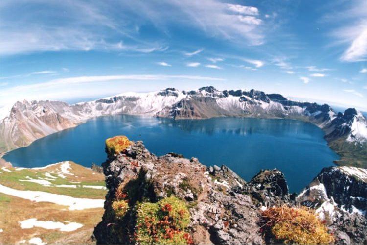jezioro niebiańskie w kraterze wulkanu