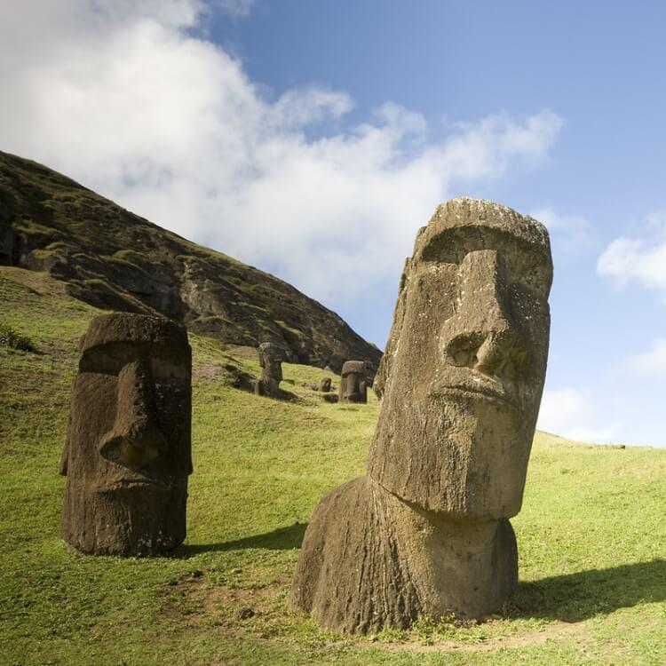 posągi moai na wyspie wielkanocnej