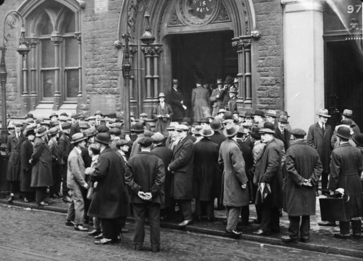 Bezrobotni przed urzędem pracy w Londynie - 1930 rok