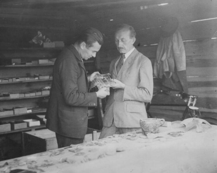 Prof. Kostrzewski i mgr Rajewski podczas prac wykopaliskowych w osadzie w Biskupinie