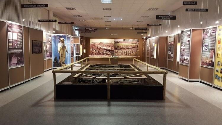 Wnętrze budynku muzeum w Biskupinie znajdujące się obok zrekonstruowanej osady, zawierającego eksponaty z wykopalisk