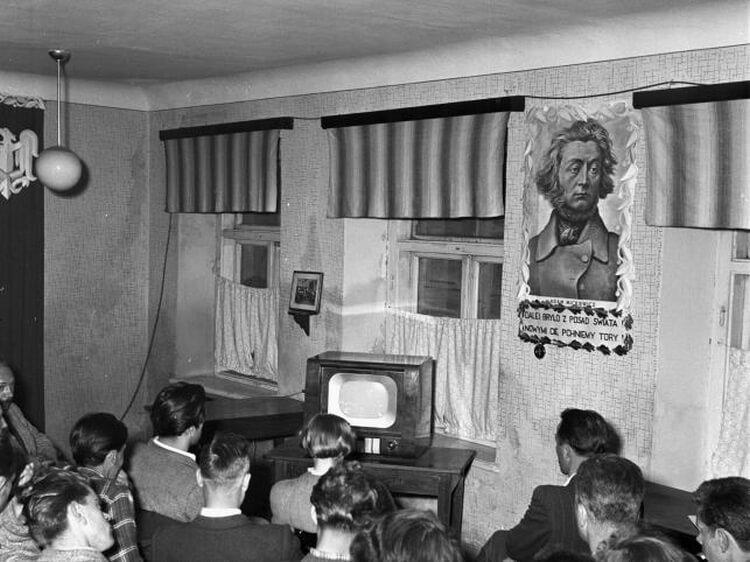 wspólne oglądanie telewizora w świetlicy lata 50