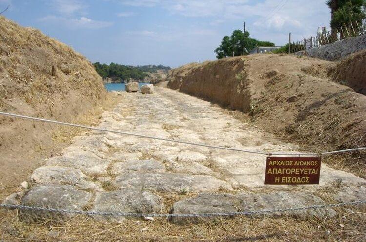 Pozostałości z antycznej przeprawy w Diolkos