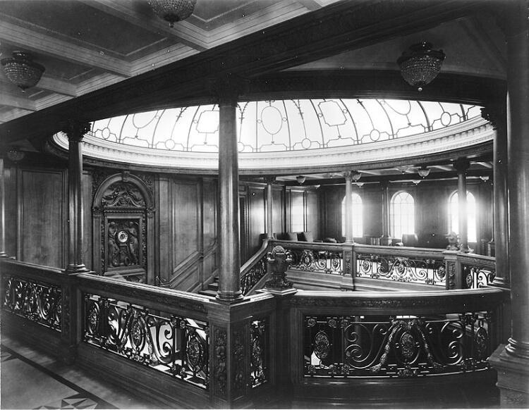 Imponująca klatka schodowa na pokładzie statku RMS Olympic - bliźniaczej jednostki Titanica
