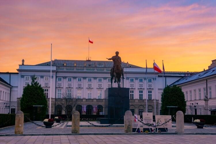 flaga Polski górująca na Pałacem Prezydenckim w Warszawie