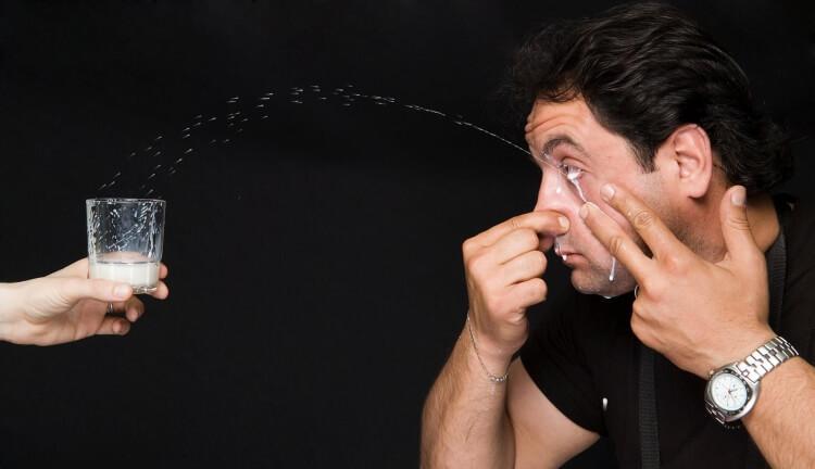 dziwne rekordy Guinnessa - tryskanie mlekiem z oka