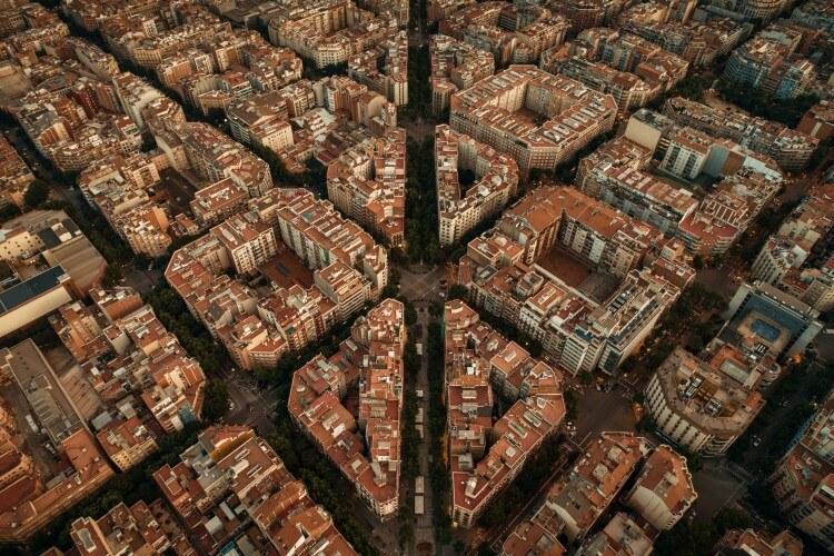 Barcelona z lotu ptaka i charakterystyczny układ budynków oparty na siatce