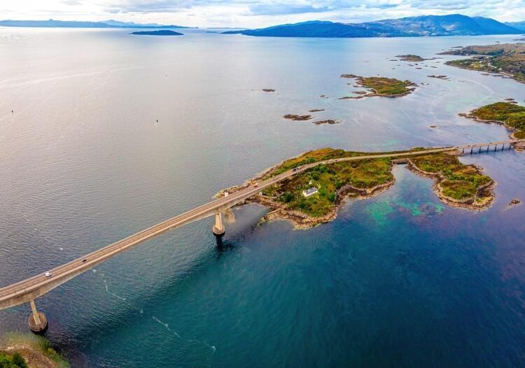 most prowadzący na wyspę